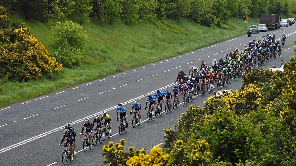 Stage 6: The peloton leaves Kilmurriheen