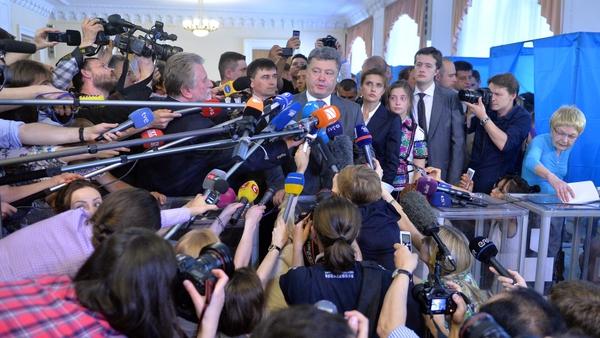 Petro Poroshenko speaks to media after voting in Kiev