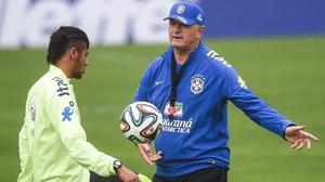 Luiz Felipe Scolari talks tactics with Neymar