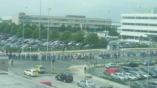 They marched from the terminals to Aer Lingus headquarters