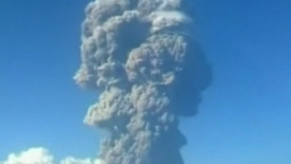 Ash cloud causes disruption to flights in Indonesia and Australia