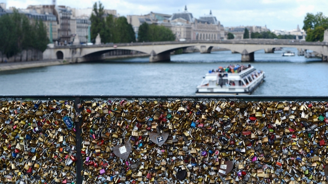 The locks only appeared on the Pont des Arts in 2008, having already become a craze in Germany, Russia, China, Italy and more recently on the Ha'penny Bridge in Dublin