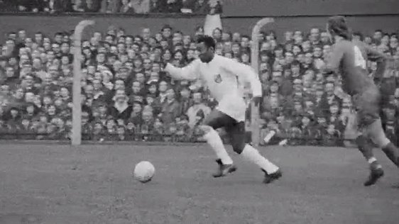 Pelé in action for Santos FC at Dalymount Park 1972