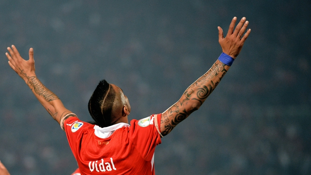 Arturo Vidal's knee is of concern to Manchester United