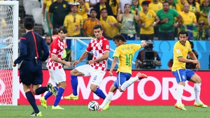 Winding up, Neymar shoots and scores an equaliser in the 29th minute from just outside the box