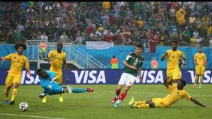 Mexico forward Oribe Peralta scores at 61' to bring his team ahead 1-0