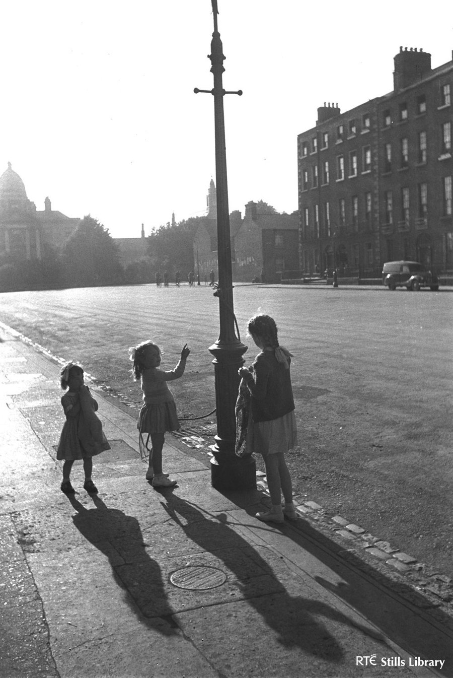 Children Playing on Lamp Post 3011/088