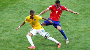 Neymar sought to expose this blow to Chile's defence, while Isla made sure to keep him in check