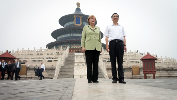 Angela Merkel and Chinese Premier Li Keqiang in front of the Temple of Heaven in Beijing