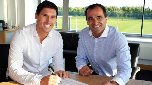 Gareth Barry put pen to paper on a three-year deal at Everton (Pic: @Everton)