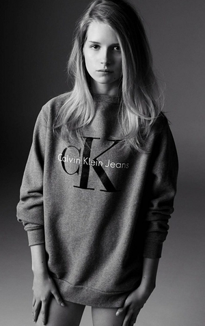 Lottie Moss, Kate Moss' younger sister, recreated one of her famous sibling's most well-known Calvin Klein advertising campaigns.