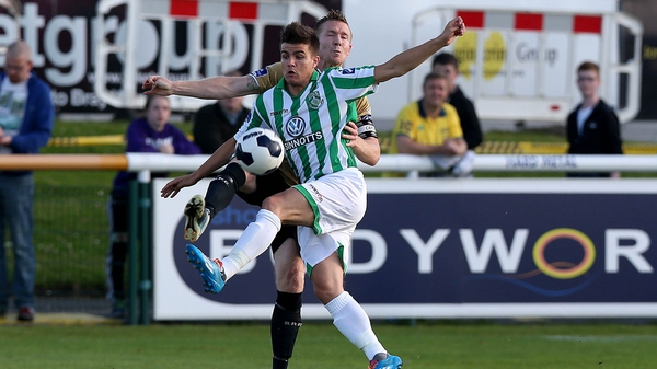 Bray's Jake Kelly tangles with Conor Kenna of Shamrock Rovers
