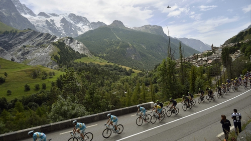 The pack, including race leader Vincenzo Nibali, head towards Risoul