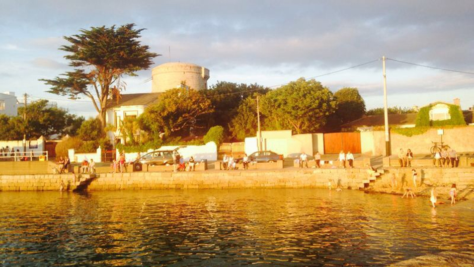 Warn sunshine brings out the crowds at Sandycove (Pic: Claire Murray)