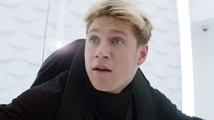 Niall Horan doing his Mission: Impossible thing in the ad