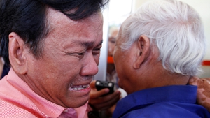 Former Khmer Rouge prisoner Soum Rithy (left) reacts to the guilty verdict for two former Khmer Rouge leaders