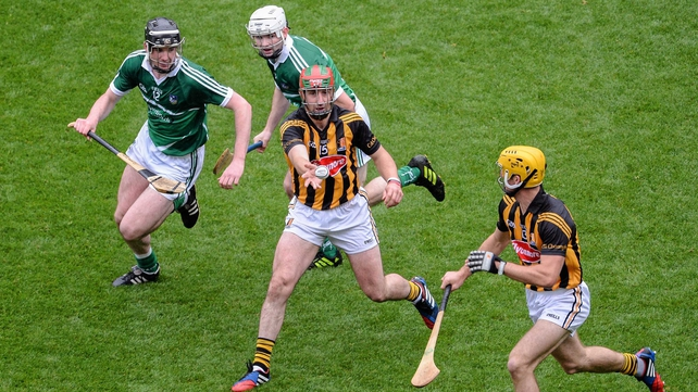 Kilkenny's Eoin Larkin lays the ball off to Colin Fennelly