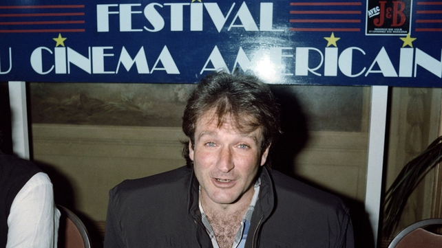 Williams speaking during a press conference to present 'Good Morning, Vietnam' in France in 1998