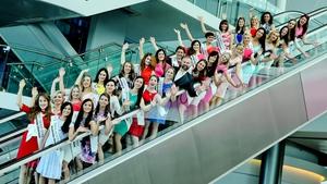 Daithí O Se meets this year's 32 Roses at Dublin Airport