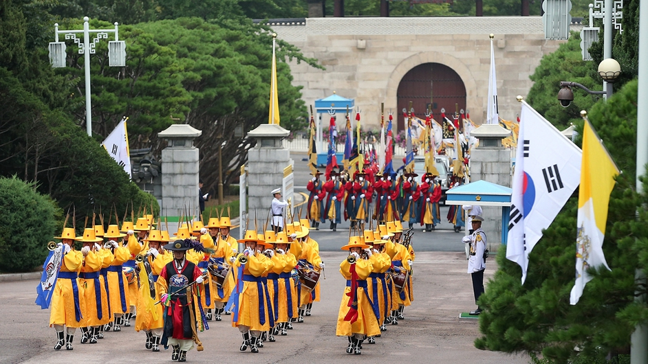 The welcoming ceremony for Pope Francis at the presidential Blue House in Seoul