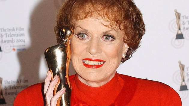 Maureen O'Hara pictured in 2004 holding the IFTA award with which she had just been presented.