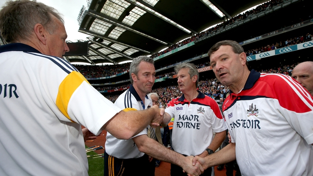 Jimmy Barry-Murphy congratulates Tipperary's Eamon O'Shea after the game