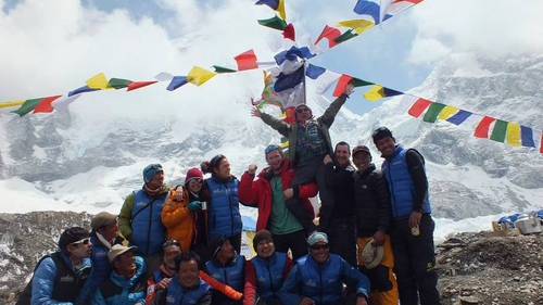 Pauls Everest teammates & Sherpa