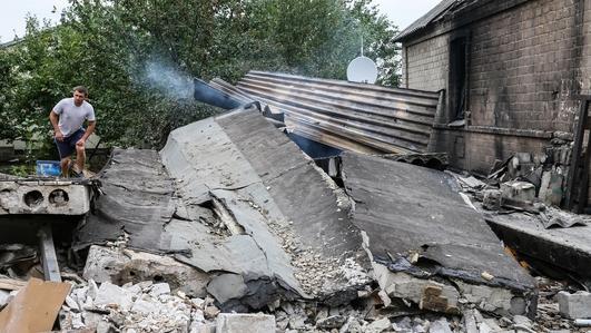 Street battles rage in east Ukraine