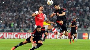 Arsenal's Oliver Giround (C) battles with Besiktas' Ersan Gulum (L) and Pedro Franco (R)