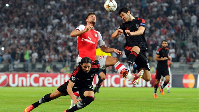 Arsenal's Oliver Giround (C) battles with Besiktas' Ersan Gulum (L) and Pedro Franco (R)