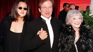 Robin Williams arriving at the 1998 Academy Awards with his then wife Marsha Garces and his mother Laurie.