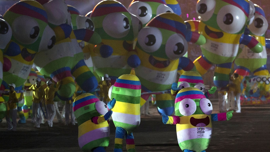 Performers carry inflatable versions of the mascot during the closing ceremony of the Nanjing 2014 Youth Olympic Games