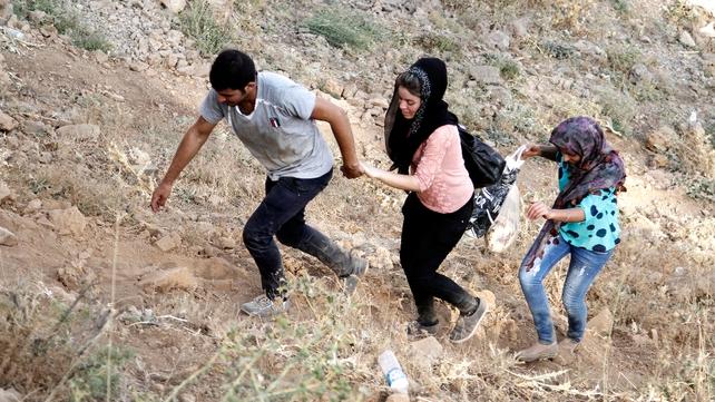 Yazidi refugees flee IS jihadists near Sirnak city, at the Turkish-Iraqi border
