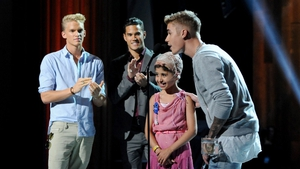 Cody Simpson, right and Justin Bieber, left, with Make A Wish recipient Wish Child Grace, and talent manager Scooter Braun at the 2014 Young Hollywood Awards in July