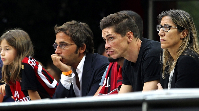 Fernando Torres (2r) looks on during the Serie A match between AC Milan and Lazio at the Giuseppe Meazza
