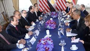 Egyptian President Abdel Fattah al-Sisi (second left, red tie) met his US counterpart Barack Obama in New York