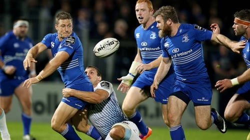 Leinster's Jimmy Gopperth offloads for Gordon D'Arcy to score a try