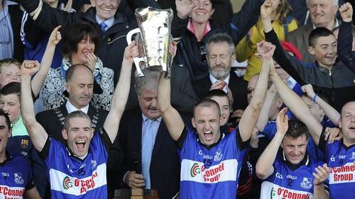 Sarsfields captain Tadgh Óg Murphy and Ronan Murphy lift the cup
