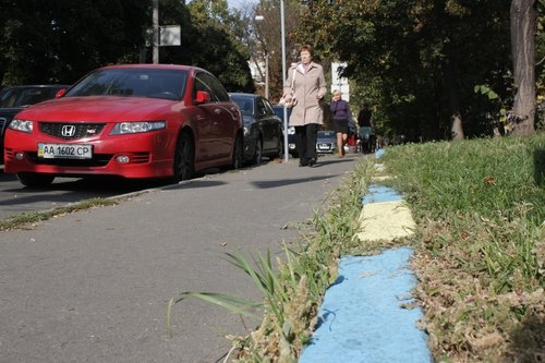 Kerbstones in Kiev painted in Ukrainian national colours.