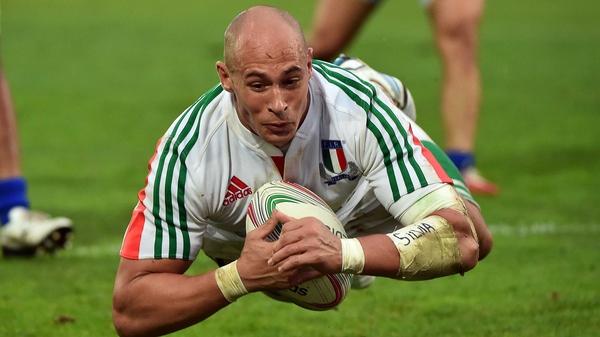 Sergio Parisse scores for Italy