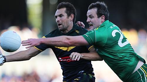 Luke Hodge and Michael Murphy contest the ball