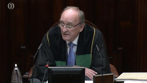 Seán Barrett ag seasamh siar óna chúram mar Cheann Chomhairle sa 32ú Dáil