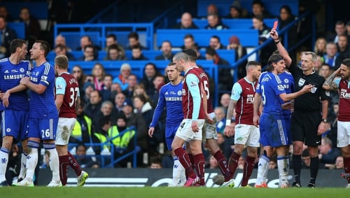 Referee Martin Atkinson shows the red card to Nemanja Matic of Chelsea (l)