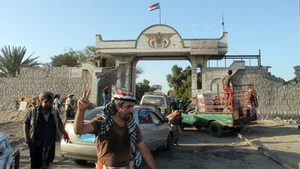 Yemeni militiamen loyal to President Hadi gather at the entrance of the Yemeni special forces command in Aden