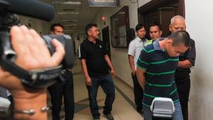 Malaysian police escort Zulkipli Abdullah (R) to the courthouse in Kuching, Sarawak, Malaysia