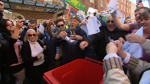 Many of the protesters brought Irish Water bills and there was a symbolic binning of bills outside the Dáil