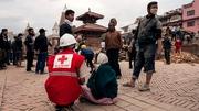 Cóir leighis á thabhairt ag Cumann na Croise Deirge ar shráideanna Kathmandu