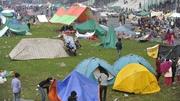 Daoine ag teitheadh ó chathair Kathmandu i ndiaidh na creatha talúin