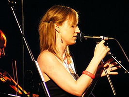 An ceoltóir iomráiteach Julie Fowles.
