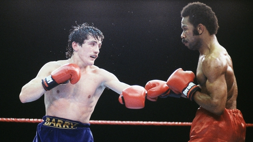 Barry McGuigan (L) ended Eusebio Pedroza's 19-win streak in 1985